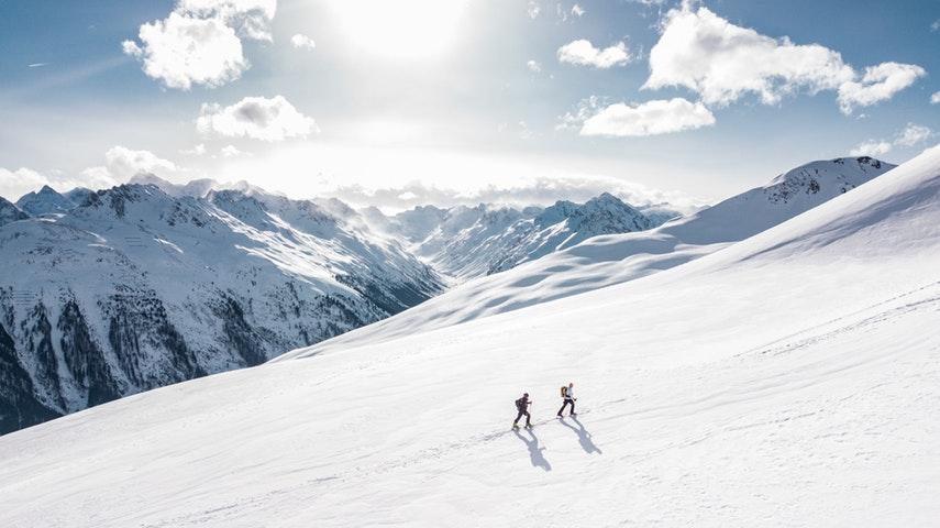 To mennesker på skitur.